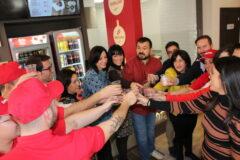 Juan Ramón Amores desea un futuro próspero a la nueva plantilla de Telepizza en La Roda