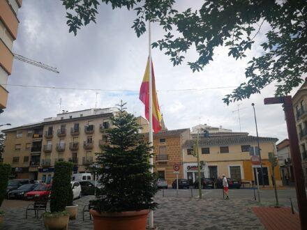 Las banderas de La Roda ondean a media asta en señal del luto nacional