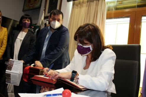 La consejera de Igualdad visitó el Centro de la Mujer y la empresa local Rodacal Beyem S.L.