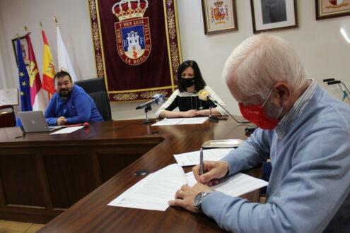 Juan Ramón Amores firma los convenios con Adelante, ARCO y dos colaboraciones con Parkinson y Cruz Roja